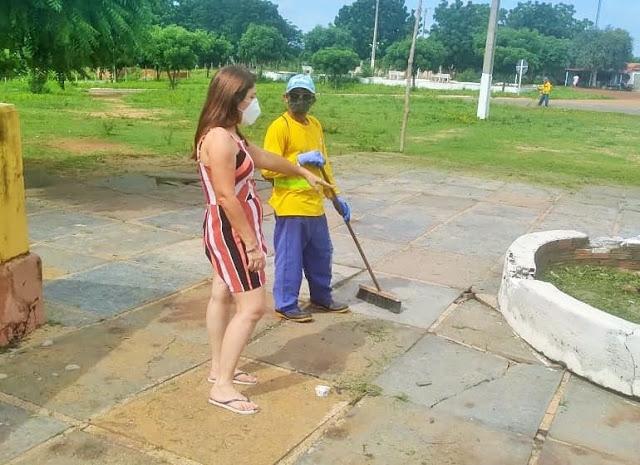 Prefeita Maninha acompanha mutirão de limpeza no povoado Brejinho, em Luís Correia