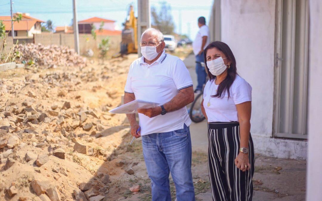 Maninha Fontenele vistoria obras de calçamento no bairro Atalaia