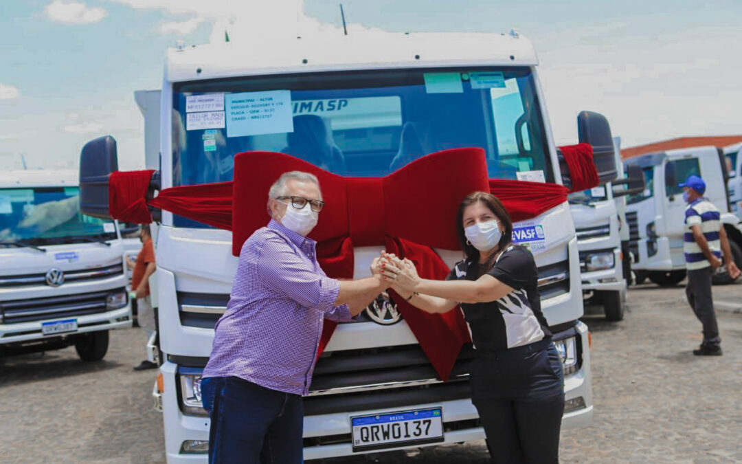 Luís Correia recebe caminhão compactador para a coleta de lixo