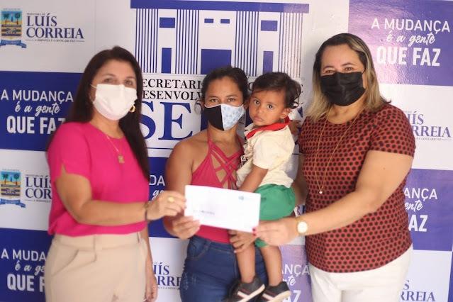 Prefeitura de Luís Correia entrega cartões do Sasc Emergencial aos beneficiários